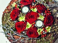 Živé květiny na sváteční tabuli