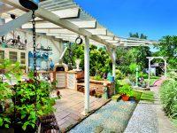 Zahrada s modrobílou kuchyní