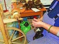 Batikované šátky i flísová zvířátka z Proutku